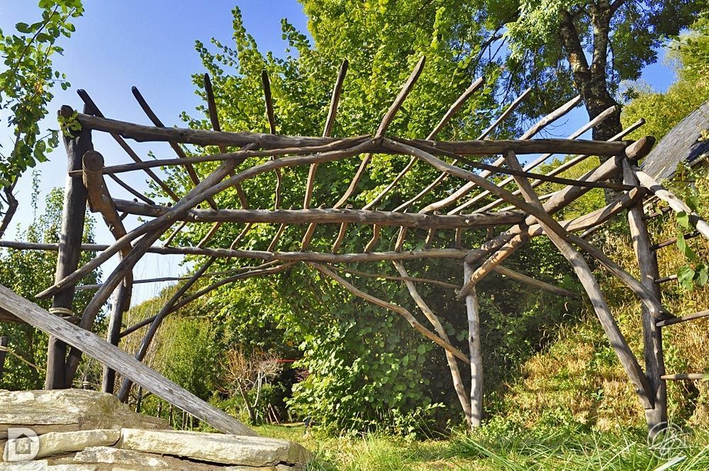 r aliser une pergola en bois tordu chantier participatif monceaux sur dordogne corr ze 19. Black Bedroom Furniture Sets. Home Design Ideas