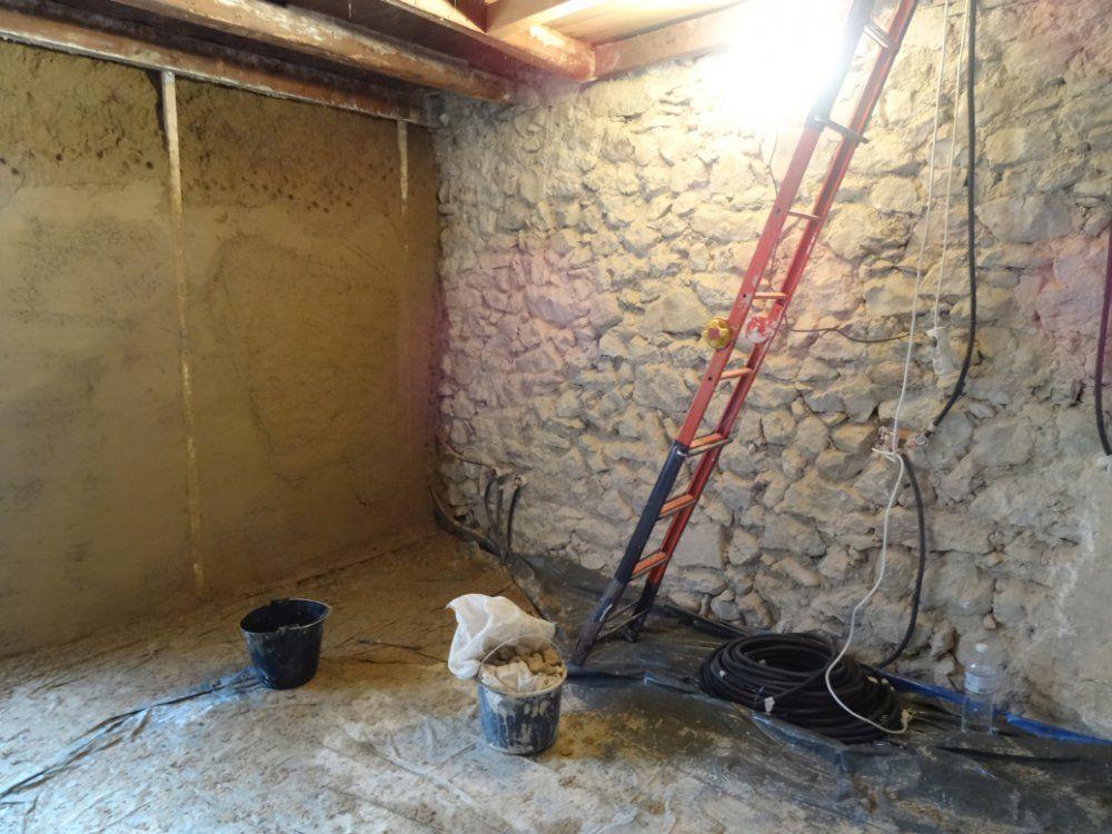 enduit terre paille chaux sur mur int rieur en pierre. Black Bedroom Furniture Sets. Home Design Ideas