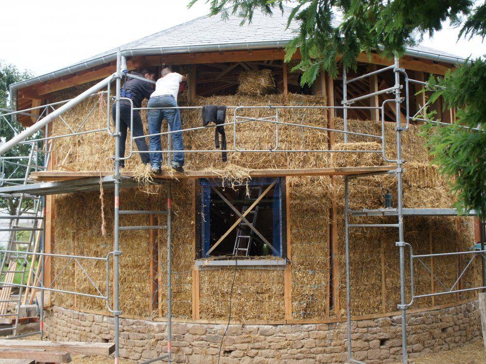Une Maison Ronde En Paille  Ralisation De La Maison TerrePaille
